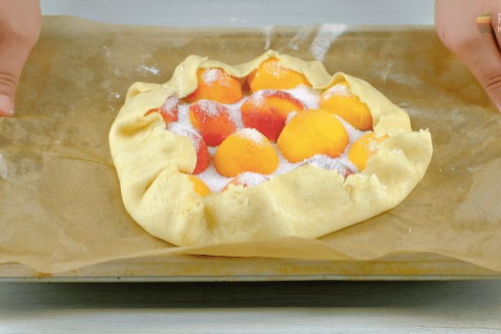 Пирог с абрикосами на сметанном тесте