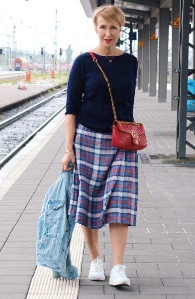 Впереди удобная весна – с чем носить кроссовки и кеды женщине 50+