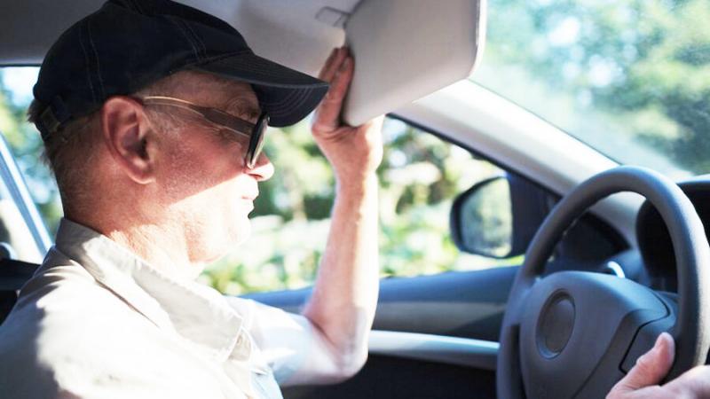 """""""Фишка"""" водителей: зачем многие опускают солнцезащитный козырёк"""