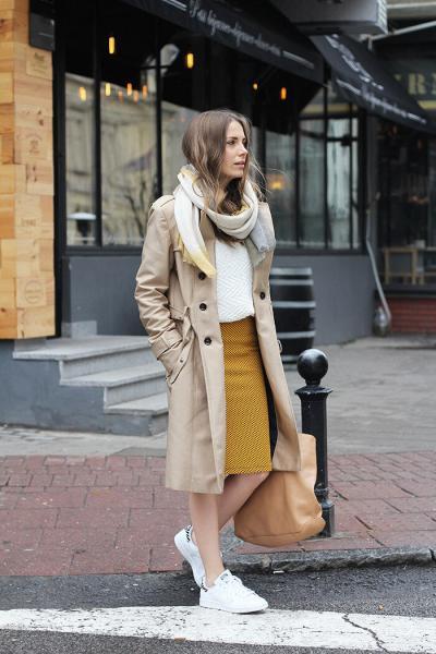 Плащ с кроссовками: правила комбинации и 15 стильных примеров