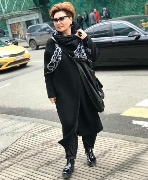 Стильная весна total black для женщин старше 50 лет