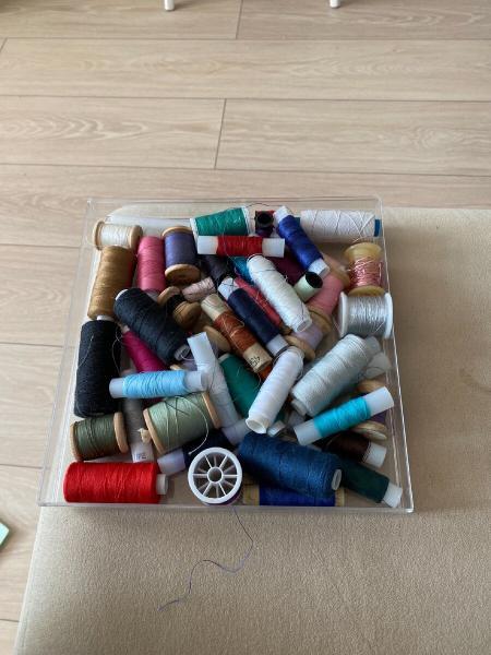 Органайзер для хранения швейных ниток из старой коробки от духов.