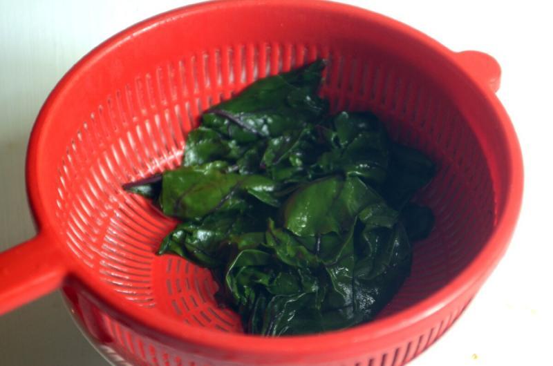 """Готовлю из листьев свёклы: соус """"песто"""" и пикантная закуска"""