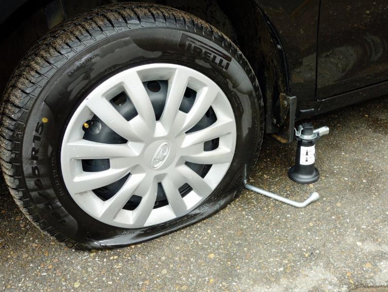 Проколол два колеса, как дотянуть до шиномонтажа
