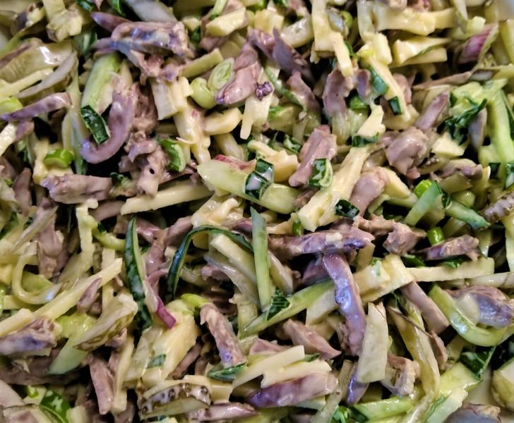 Салат из куриных сердечек с яблоком