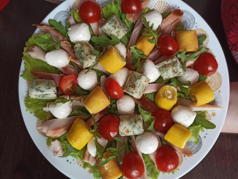 Быстрый салат с яркими рулетиками (готовлю уже 3 раз на Новый год)